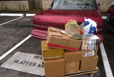 Unloading at Blaffer. / Bajando cosas del carro en Blaffer.